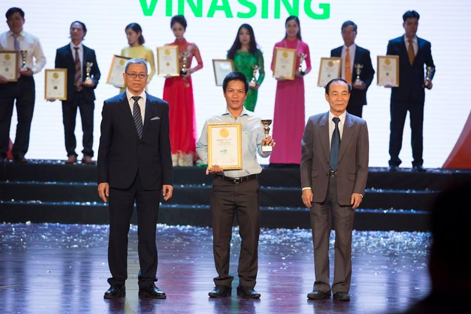 Ông Lê Ngọc Lâm (trái) và Tiến sĩ Nguyễn Văn Viễn (phải) trao tặng chứng nhận cho VINASING